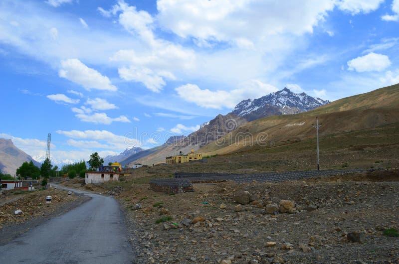 Väg till Rangrik Kaza i den Spiti dalen, Himachal Pradesh royaltyfri foto