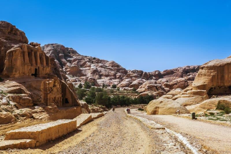Väg till vaggastaden av Petra i Jordanien arkivbild
