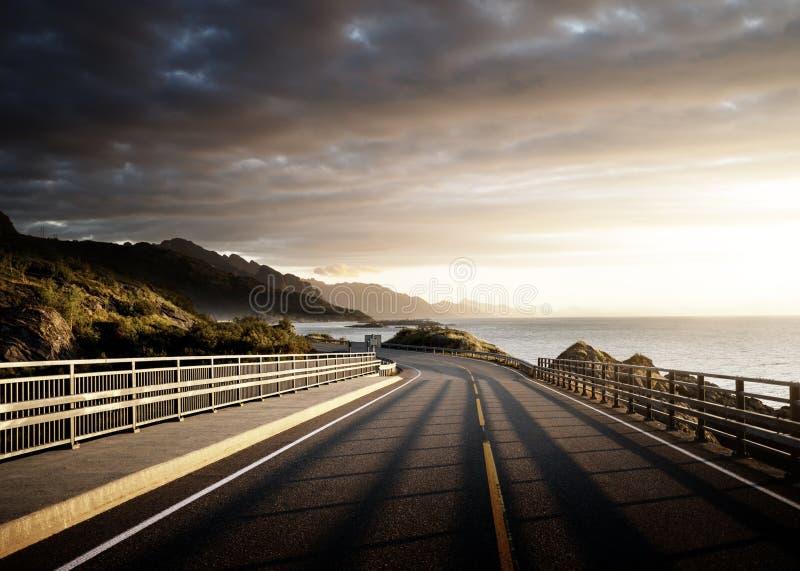 Väg vid havet i soluppgångtid, Lofoten ö royaltyfria bilder