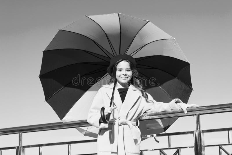 Vägar ljusnar ditt nedgånglynne Väder för nedgång för möte för långt hår för flickabarn klart med paraplyet Färgrik tillbehör för royaltyfri foto