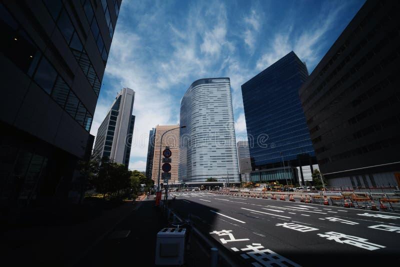V?gar och h?gv?xta byggnader i Tokyo royaltyfria foton