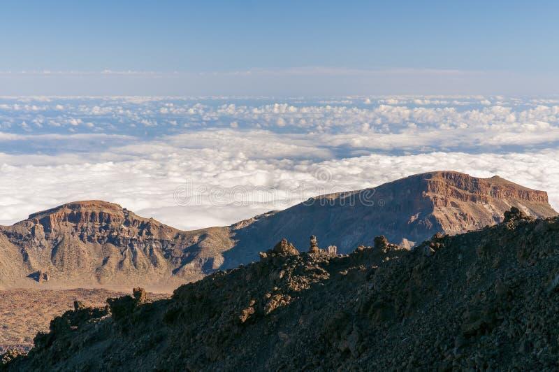 Vägar och stenig lava av vulkan Teide arkivbild