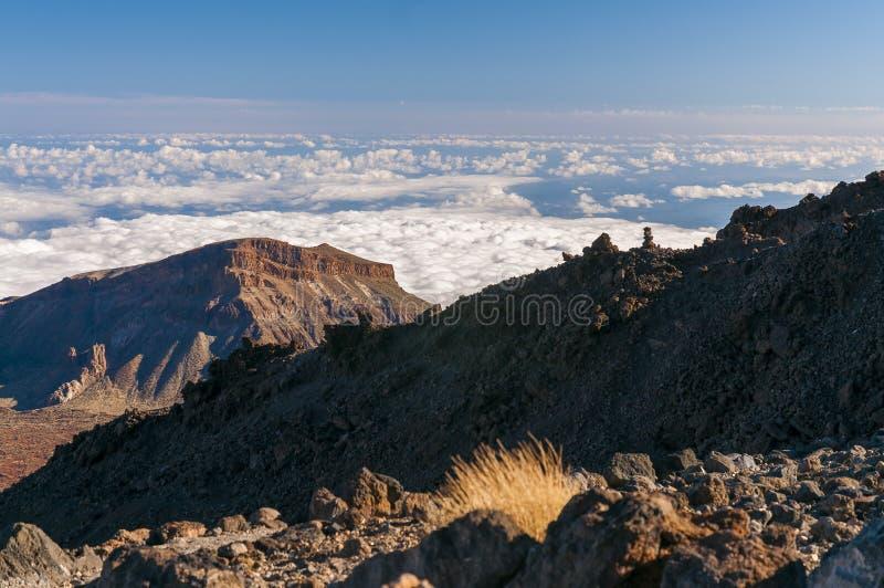Vägar och stenig lava av vulkan Teide fotografering för bildbyråer