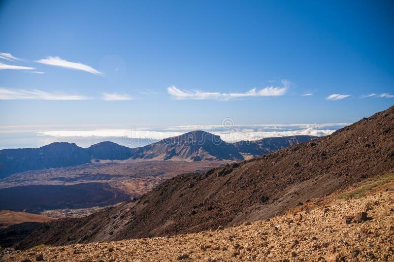 Vägar och stenig lava av vulkan Teide royaltyfri foto