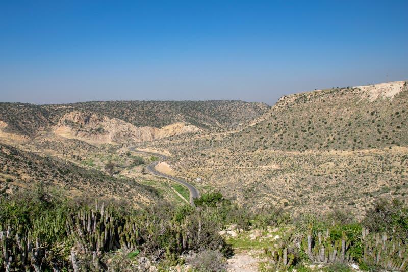 Vägar till och med det södra västra hörnet av kartbokbergen från Agadir, Marocko arkivfoto