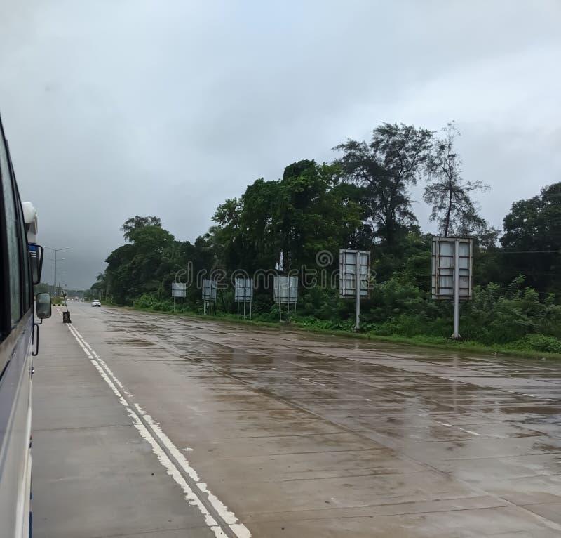 Vägar under regnperioden i Karnataka Udupi under resa royaltyfri foto