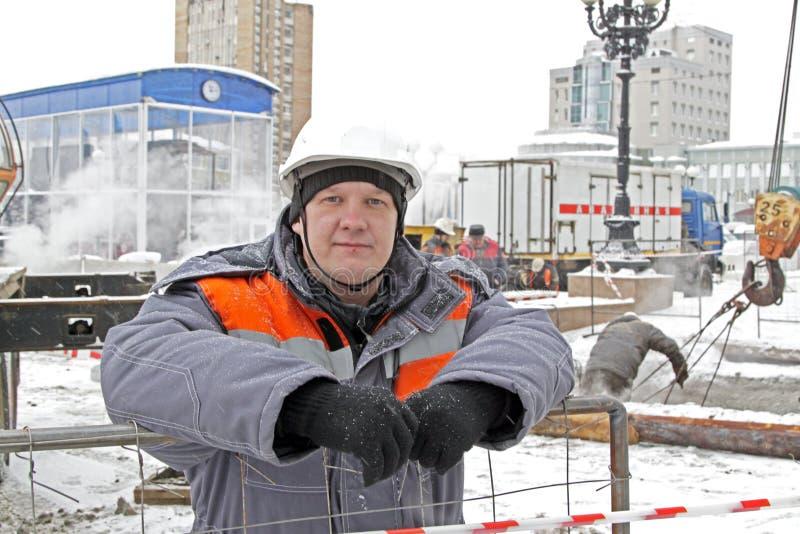 Vägarbetare i vinter royaltyfria foton