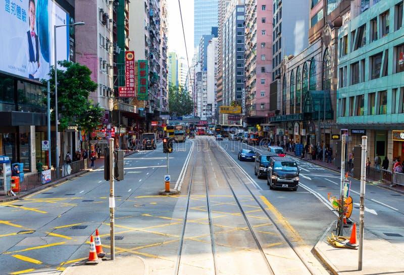 Vägbankfjärd, Hong Kong - 23 November 2018: Landtrafik på gatan i Hong Kong där är bekväm Folk som går över fotografering för bildbyråer