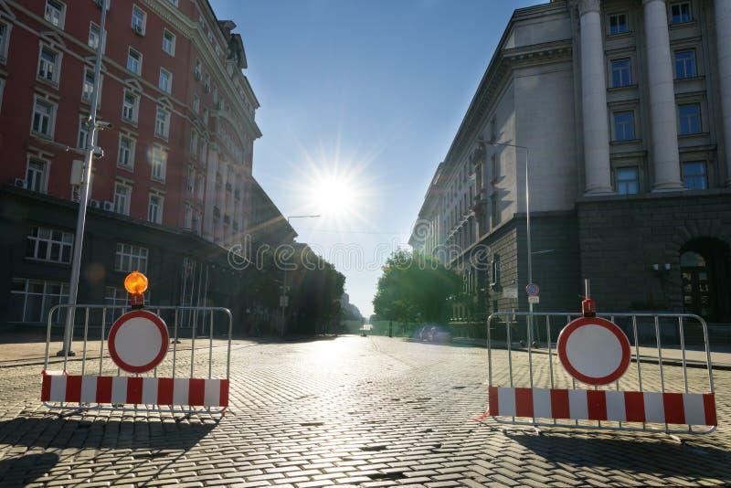 Vägbarriärer med förbuds- trafiktecken på den Dondukov boulevarden, Sofia, Bulgarien arkivbilder