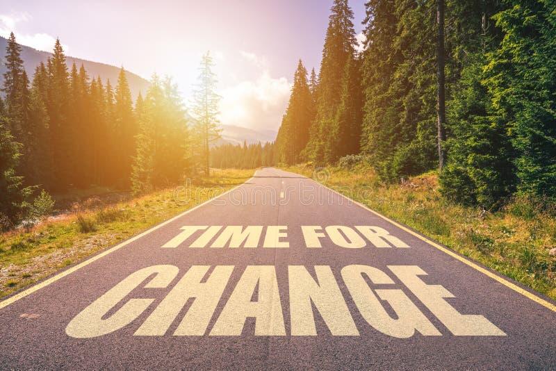 Vägbegrepp - tid för ändring, bild av en väg till horisonten w arkivbild