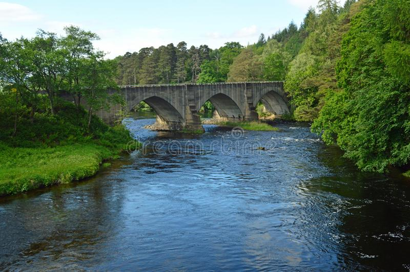 Vägbro över floden Oich nära den Caledonian kanalen på fjordOich Skotska högländerna Skottland royaltyfria bilder