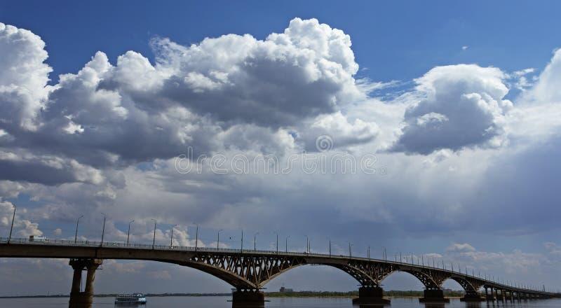 Vägbro över Volgaet River arkivbild