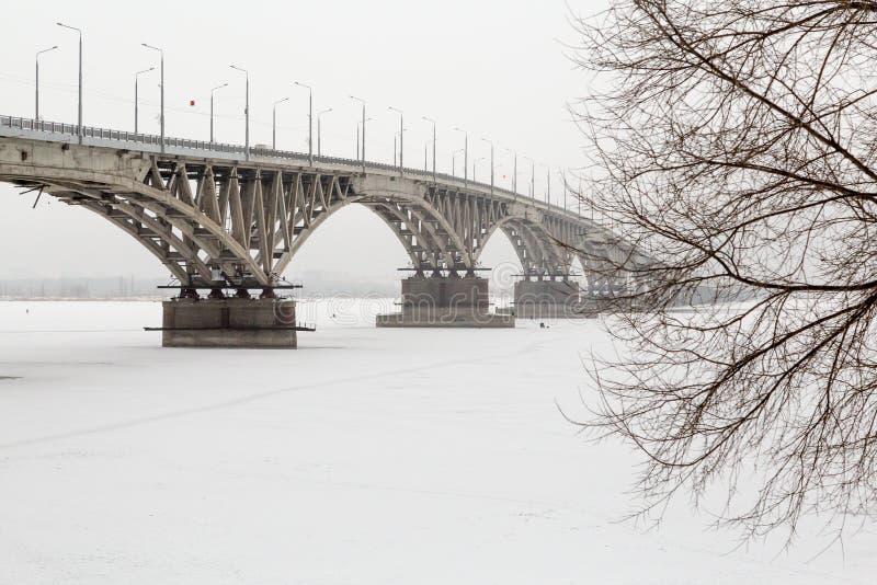 Vägbro över Volgaet River i Saratov, Ryssland fotografering för bildbyråer
