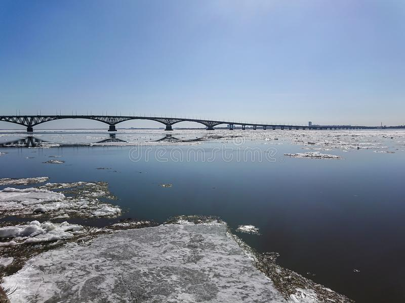 Vägbro över Volgaet River mellan Saratov och Engels, Ryssland Isdriva på floden i vår arkivfoto