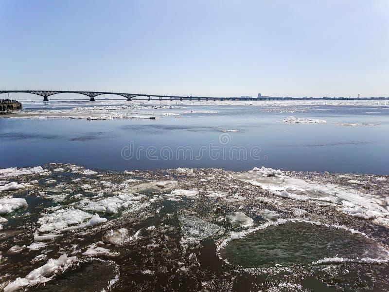 Vägbro över Volgaet River mellan Saratov och Engels, Ryssland Isdriva på floden i vår royaltyfri foto