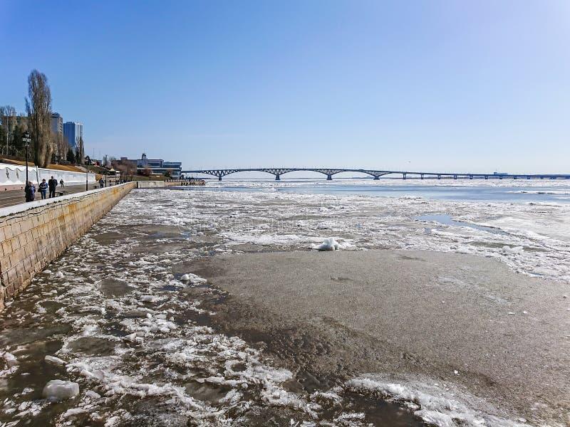 Vägbro över Volgaet River mellan Saratov och Engels, Ryssland Isdriva på floden i vår arkivfoton