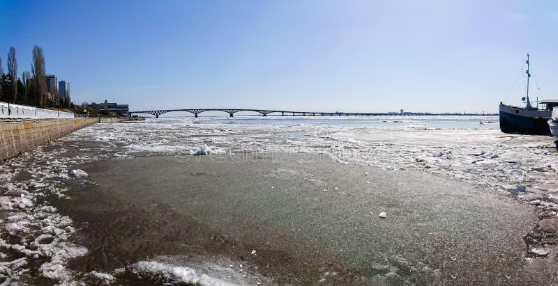 Vägbro över Volgaet River mellan Saratov och Engels, Ryssland Isdriva på floden i vår royaltyfri fotografi