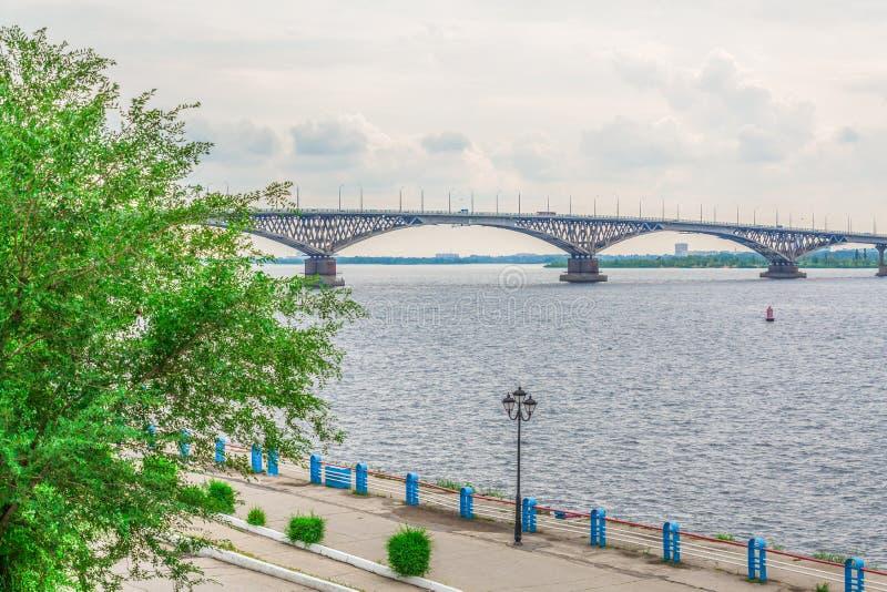 Vägbro över Volgaet River mellan Saratov och Engels, Ryssland Molnig sommardag Stadskaj arkivfoto