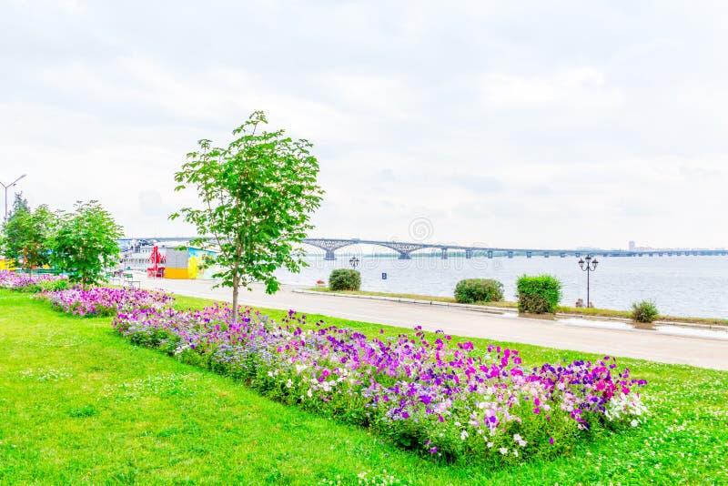 Vägbro över Volgaet River mellan Saratov och Engels, Ryssland Molnig sommardag Stadskaj royaltyfri foto
