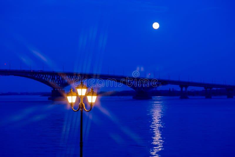 Vägbro över Volgaet River mellan städerna av Saratov och Engels Månen var full royaltyfria foton