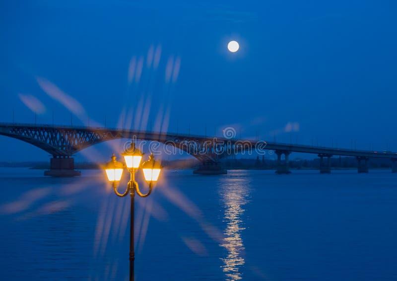 Vägbro över Volgaet River mellan städerna av Saratov och Engels Månen var full arkivbilder