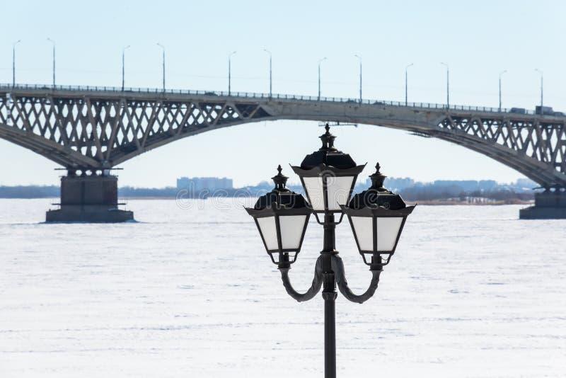 Vägbro över Volgaet River mellan städerna av Saratov och Engels, Ryssland Invallning, vinter eller vårdag royaltyfri bild