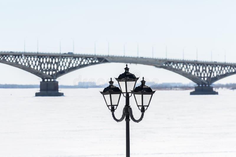 Vägbro över Volgaet River mellan städerna av Saratov och Engels, Ryssland Invallning, vinter eller vårdag arkivbild