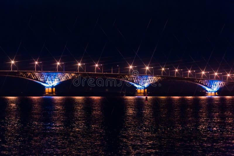 Vägbro över Volgaet River mellan städerna av Saratov och Engels, Ryssland Natt- eller aftonlandskap royaltyfri bild