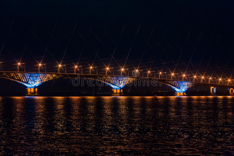 Vägbro över Volgaet River mellan städerna av Saratov och Engels, Ryssland Natt- eller aftonlandskap arkivfoton
