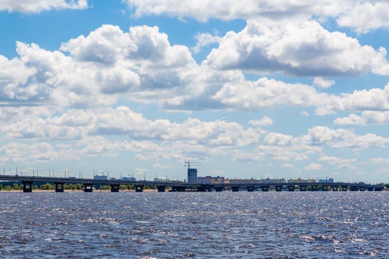 Vägbro över Volgaet River mellan städerna av Saratov och Engels, Ryssland Sommarflodlandskap arkivbilder