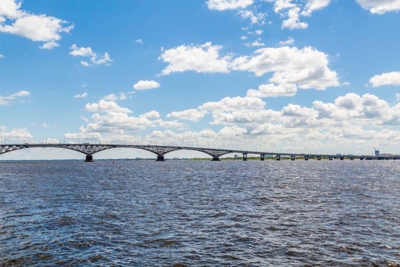 Vägbro över Volgaet River mellan städerna av Saratov och Engels, Ryssland Sommarflodlandskap fotografering för bildbyråer
