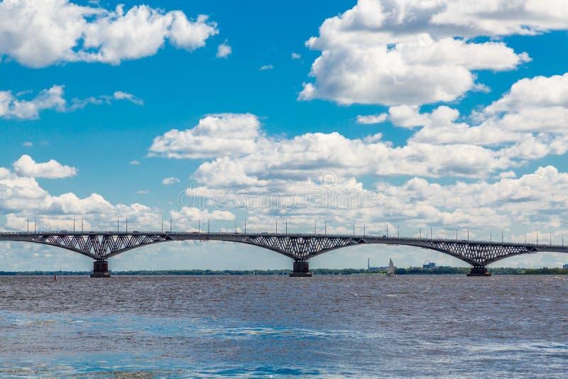 Vägbro över Volgaet River mellan städerna av Saratov och Engels, Ryssland Sommarflodlandskap royaltyfri fotografi