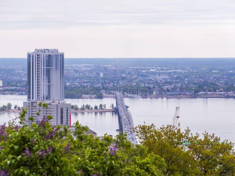 Vägbro mellan städerna av Saratov och Engels Stads- landskap, arkitektur byggande mång- storey royaltyfri foto