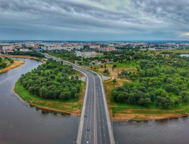 Vägbro och väg som leder till staden arkivbild
