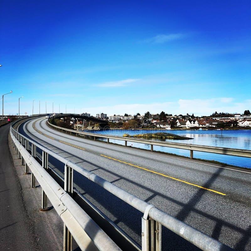 Vägen över bron, Tananger bridge, Norge royaltyfri fotografi