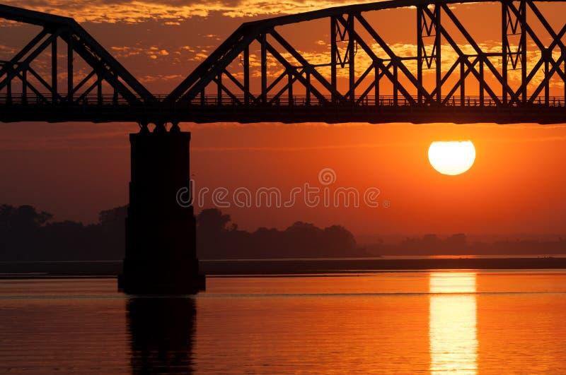 Solnedgång på den Irrawaddy floden, Myanmar arkivfoton