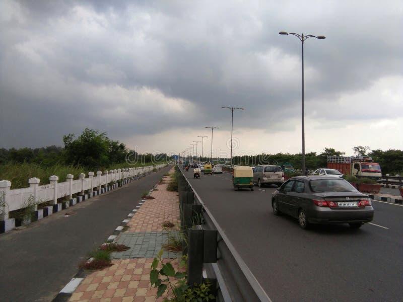 Vägen av Delhi fyllde med himlar som var fulla av vatten och drev royaltyfri foto