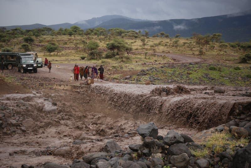 Vägen B144 i den Serengeti Tanzania starten från sjön Manyara, går kastNgorongoro naturvårdsområde, då Serengeti och därefter til royaltyfria bilder