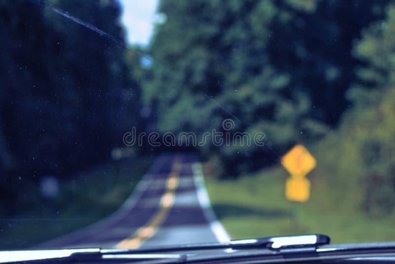 Vägen bakifrån en vindruta royaltyfri fotografi