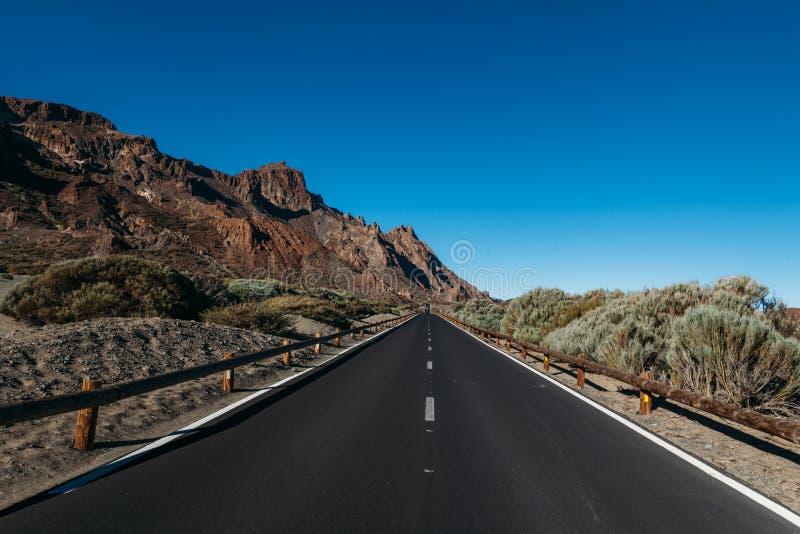 Vägen bland vaggar i öknen till vulkan Teide fotografering för bildbyråer