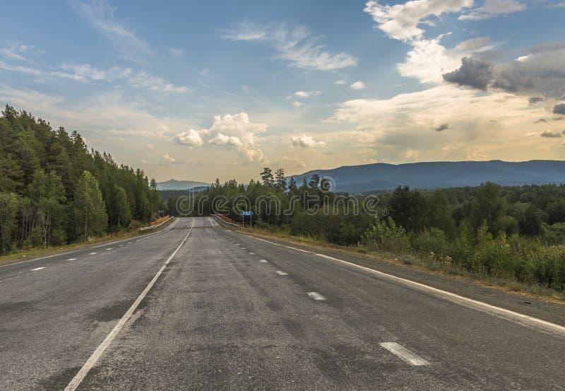 Vägen i bergen av de sydliga Uralsna royaltyfri bild