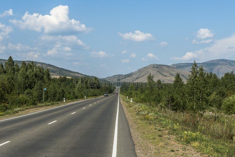 Vägen i bergen av de sydliga Uralsna royaltyfri fotografi