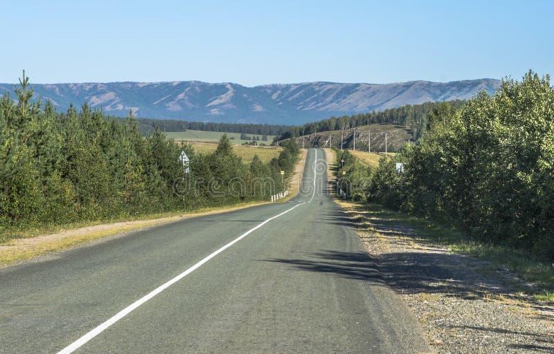 Vägen i bergen av de sydliga Uralsna arkivbild
