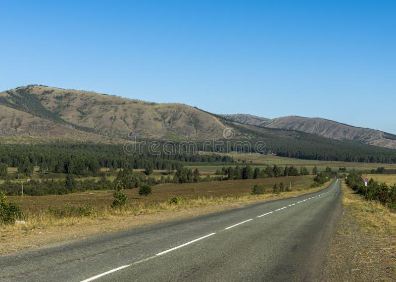 Vägen i bergen av de sydliga Uralsna royaltyfria bilder