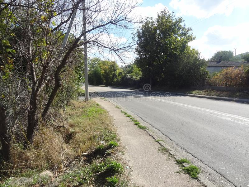 Vägen i en av byarna av Sevastopol arkivbilder