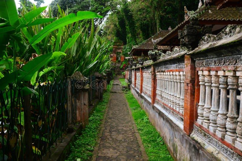 Vägen i templet royaltyfri fotografi