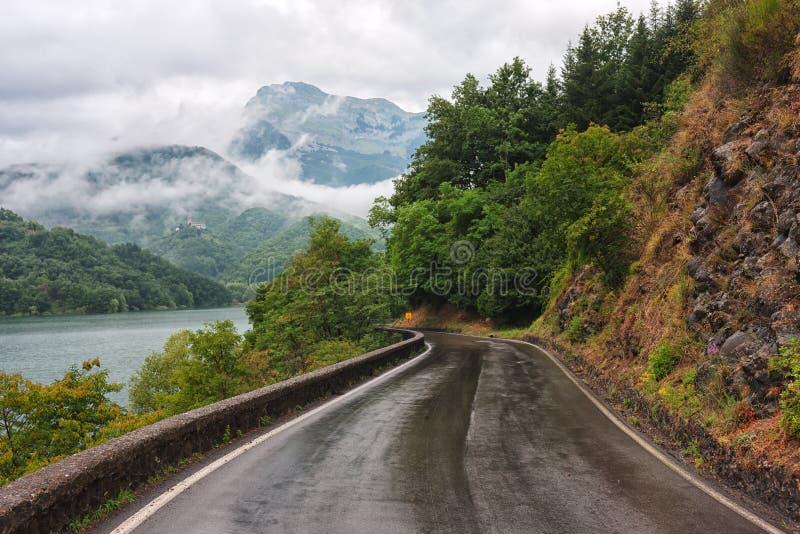 Vägen i Tuscany efter regn royaltyfria bilder