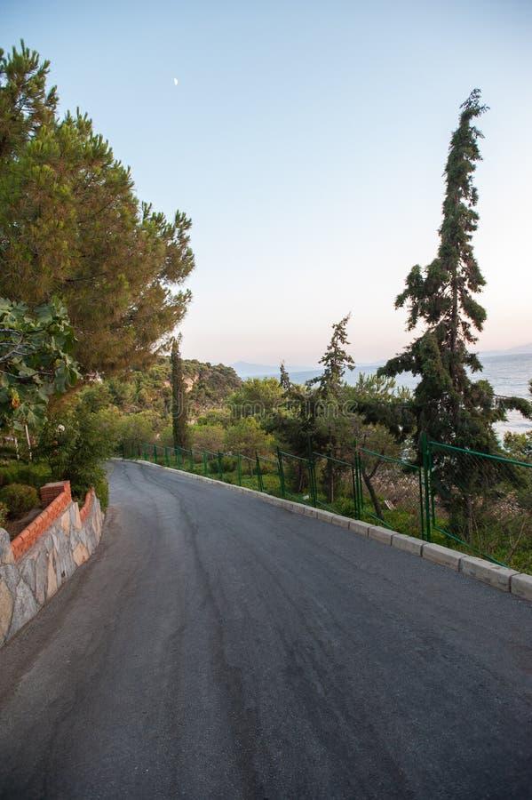 Vägen kommer ner från berget till havet fotografering för bildbyråer