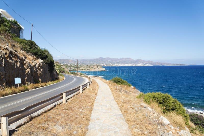 Vägen längs de härliga stränderna på kusten av ön av Kreta royaltyfria foton