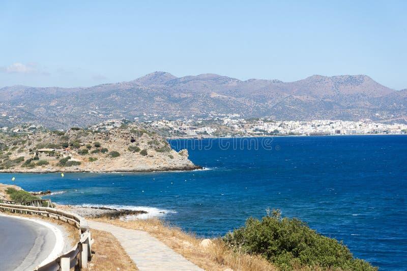 Vägen längs de härliga stränderna på kusten av ön av Kreta arkivbilder